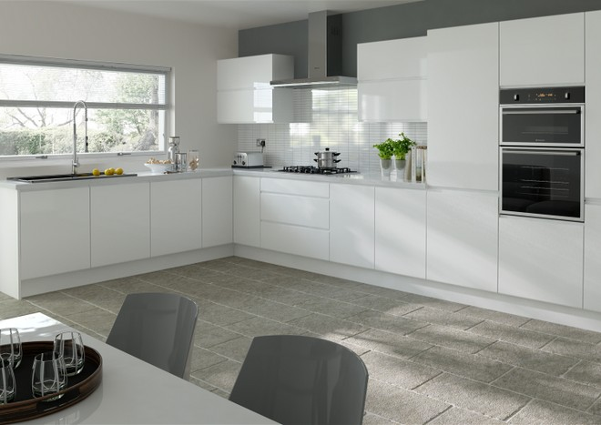 White kitchen doors provide effortless kitchen style. Shown here: Ringmer in High Gloss White.
